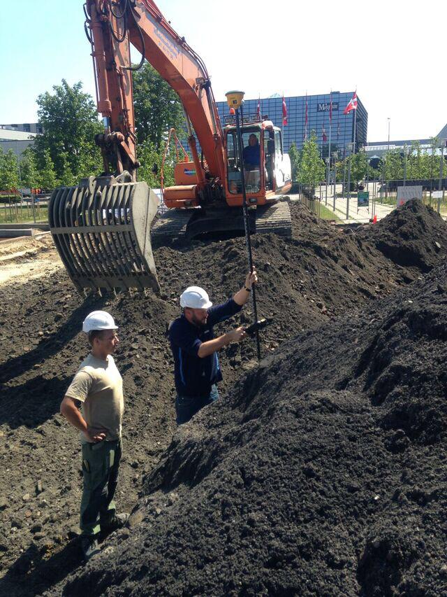 2-500-kubikmeter-jord-er-i-sommerens-loeb-blevet-udgravet-og-bortskaffet-for-at-goere-plads-til-nye-vand-gennemstroemmelige-underlag-paa-arne-jakobsens-fredede-raadhusplads-i-roedovre