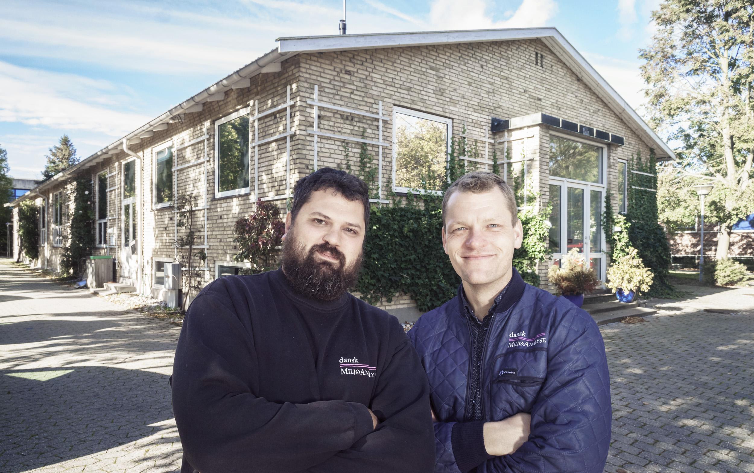 Ejer og direktør Kristoffer Kampmann (tv) fra Dansk MiljøAnalyse sammen markedschef Martin Nerum Olsen foran virksomhedens nye hus i Vedbæk.